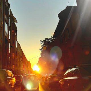 City life at sunset. #nofilter 💛  #bucuresti #romania #dozadebine #asfintit #toamna #luminisiumbre #detaliilefacdiferenta #edebine #Bucharest #citylife #onfire #sunset #autumnmood #endoftheday #sunsetlover #sunset_pics #detailsmatter #autumnvibes🍁